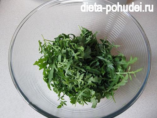 Салат помидоры моцарелла руккола