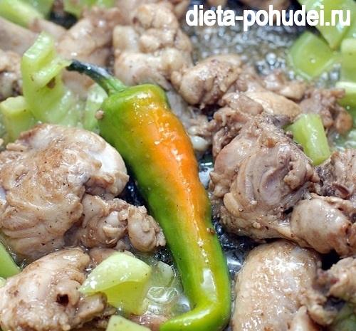 Добавляем к мясу перец и готовим жарим его в течение 10 минут