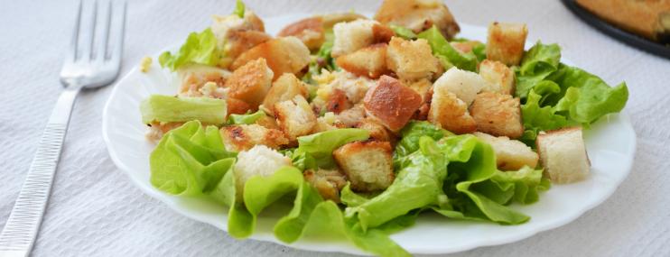 Пошаговый рецепт салата Цезарь и его калорийность