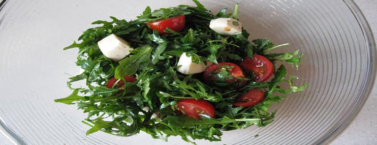 Салат из помидоров, моцареллы и рукколы – калорийность и рецепт